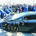 Irate Chinese consumer smashes a Lamborghini Gallardo