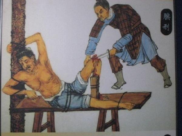Унизительный сквиртинг сексуальной рабыни в комнате пыток
