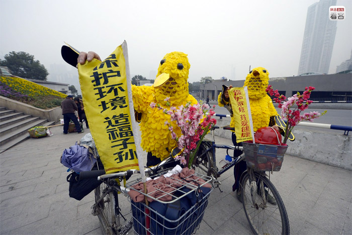 Chongqing, 63-year-old Cao Yongxin, rode for 40 days dressed like a bird across China to promote environmental awareness
