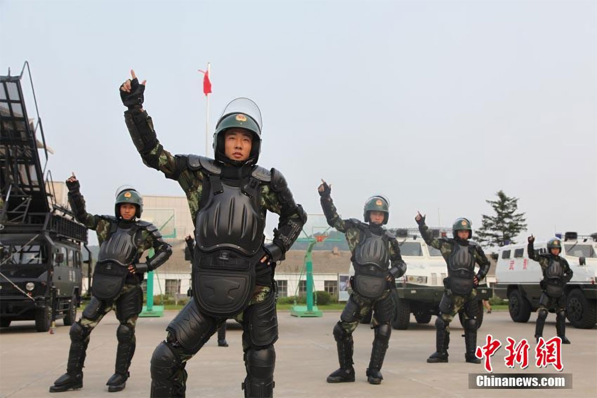Little Apple Chinese soldiers dancing