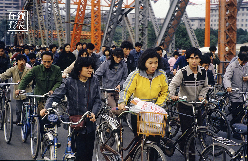 1970s. At work. The traffic on the Haizhu bridge in Guangzhou.