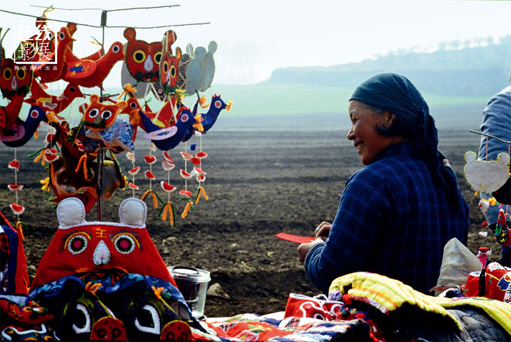 1980s. During the years of the Cultural Revolution, important archaeological finds in the area of ​​Xi'an were made. A souvenir seller in front of the Mausoleum.