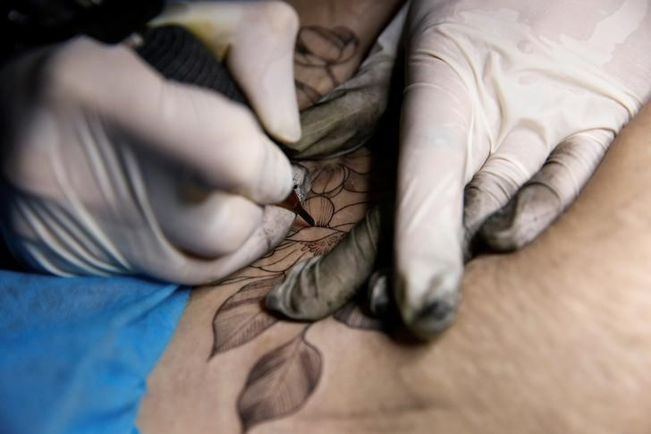 Chinese mothers tattoo over C-section scars