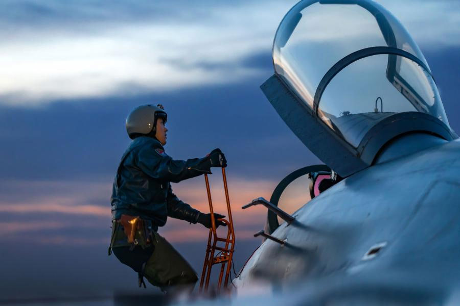 Chinese-jet-fighter-pilot