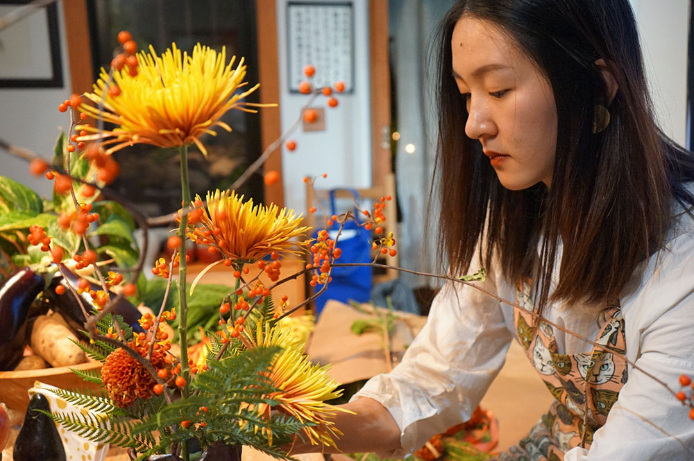 Michael Eade Exhibition - Florist Ye Zi designing Ikebana based on the ceramics by Michael Preperation, Photo by Yilan Wang, courtesy Fou Gallery