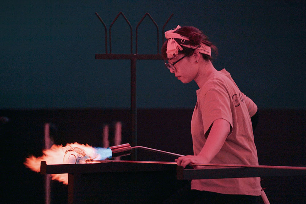 025-Meng-Du-is-blowing-glass-at-Shanghai-Museum-of-Glass