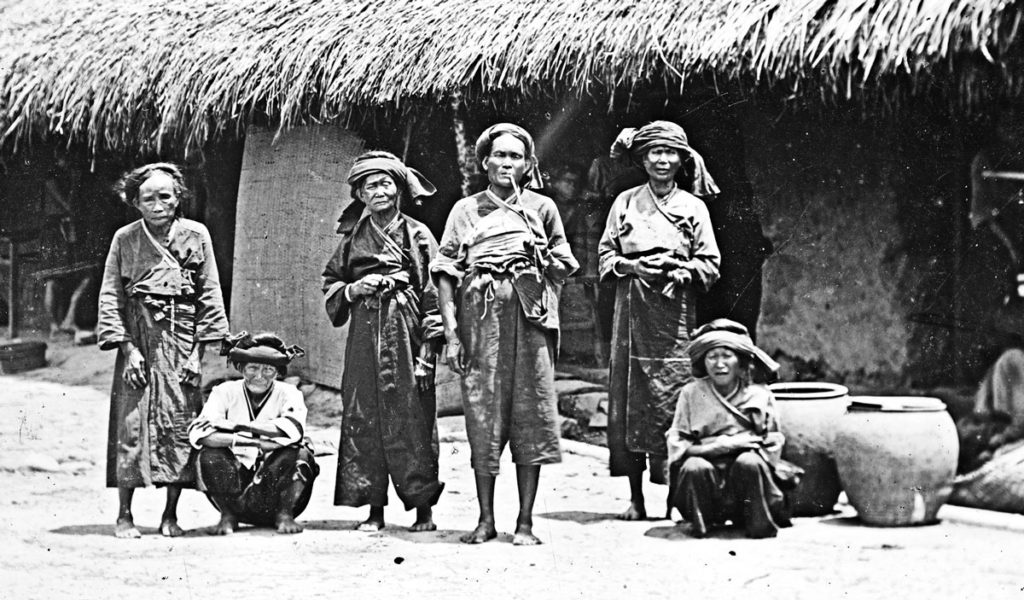 Old Pe-po-hoan women, Lan-long, Formosa, John Thomson