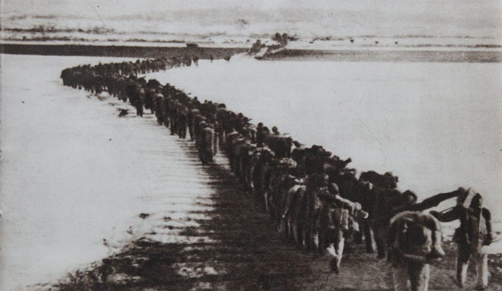 pictures Korean War Chinese troops crossing Amrokgang river